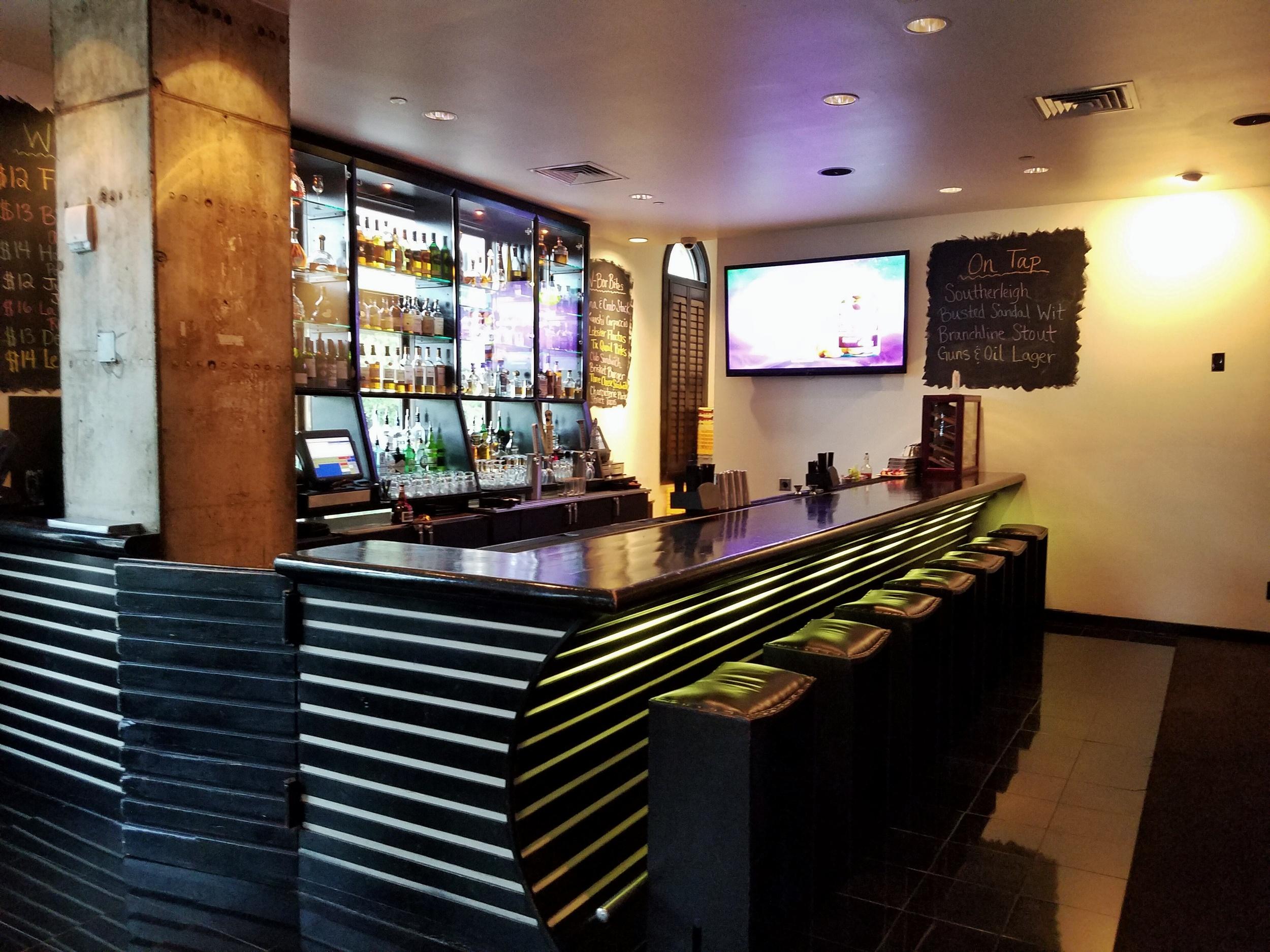 hotel-valencia-riverwalk-bar