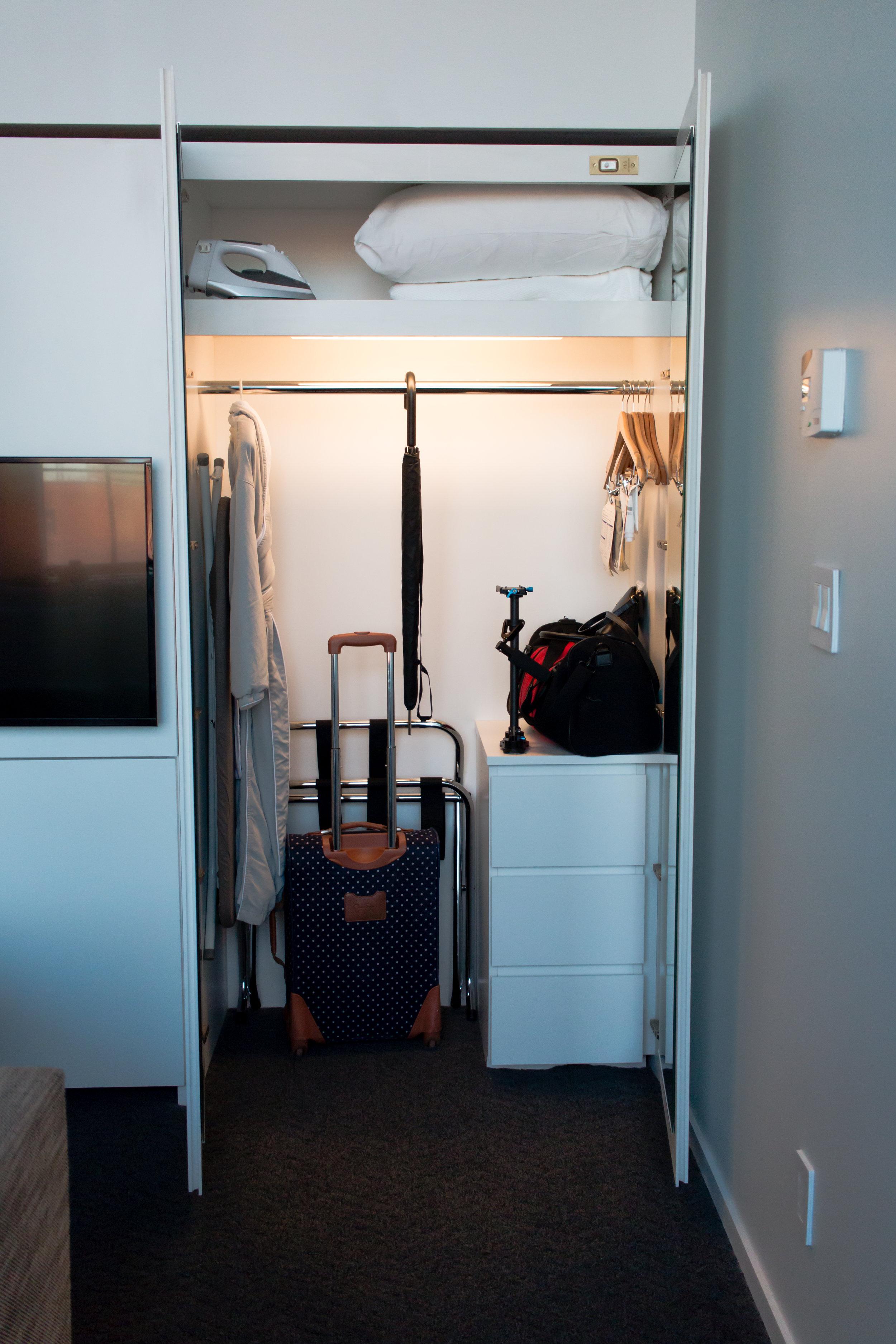 21c-museum-hotel-closet-space-king-room