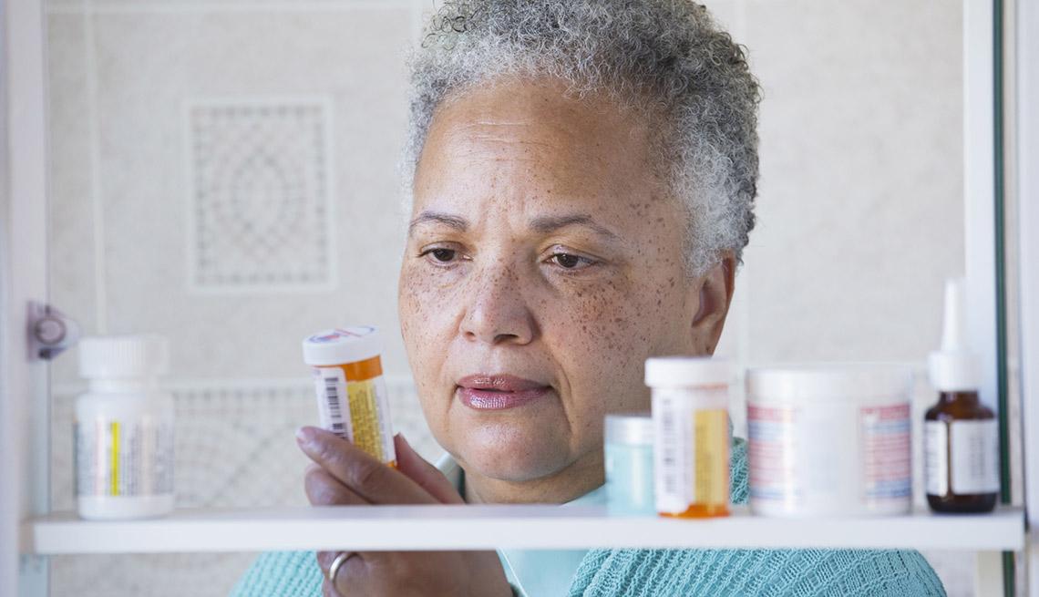 1140-senior-woman-looking-for-her-medication.imgcache.revf77de751a2ddda23e38539474d40641a.jpg