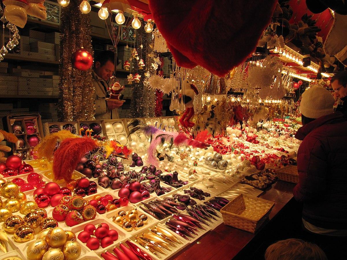 1200px-Christmas_market,_Strasbourg_(5226808667).jpg