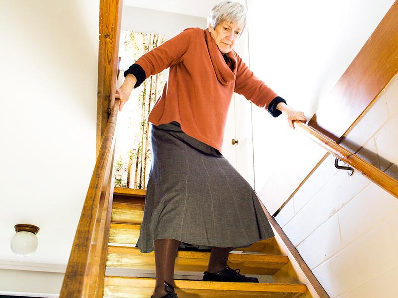 is_160324_elderly_stairs_800x600.jpg