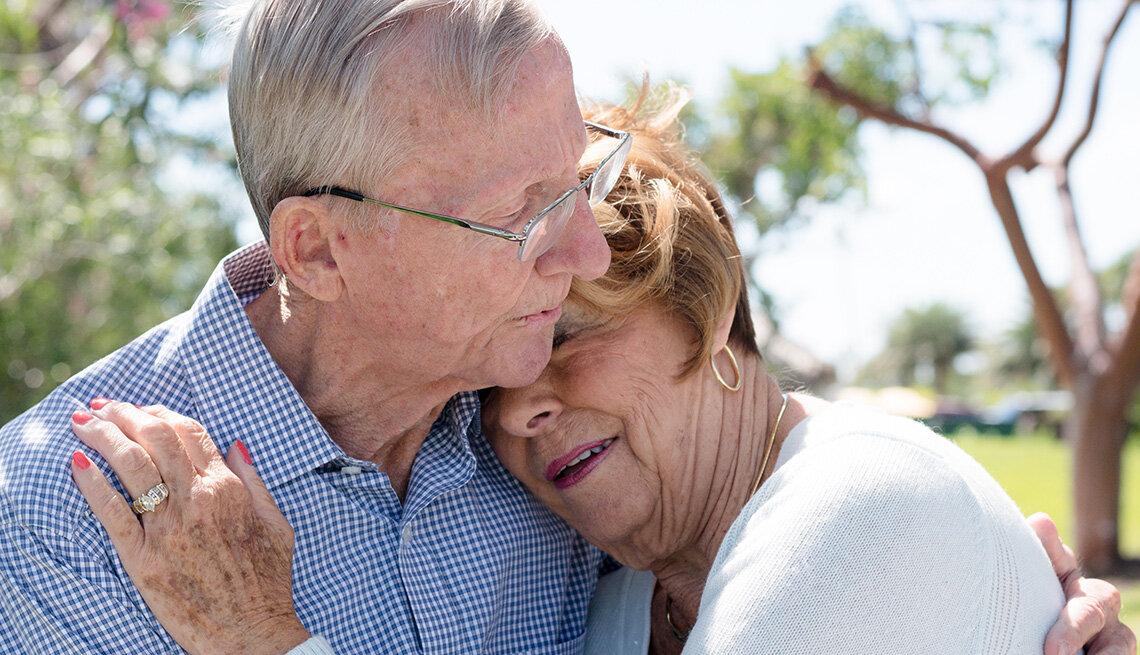 1140-senior-couple-embracing.imgcache.rev808f2eb188ddcf5e92b1f585fbbaa810.jpg