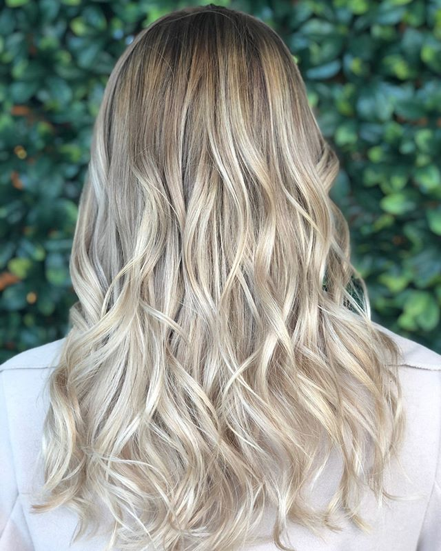 Because, what better than fabulous hair on a Friday evening! We love the natural look and feel of this blonde babe! What do you think?