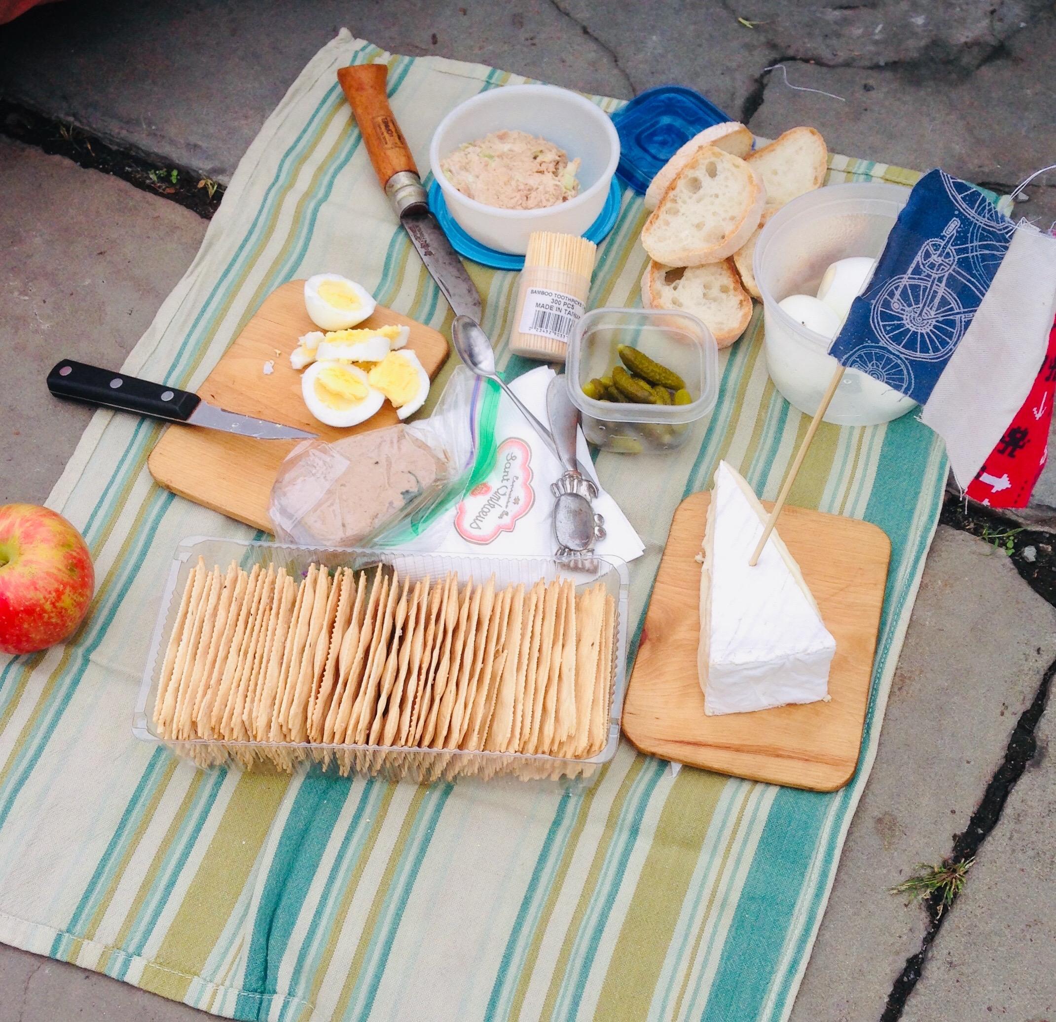 Cornichon, oefs, pâté, pain