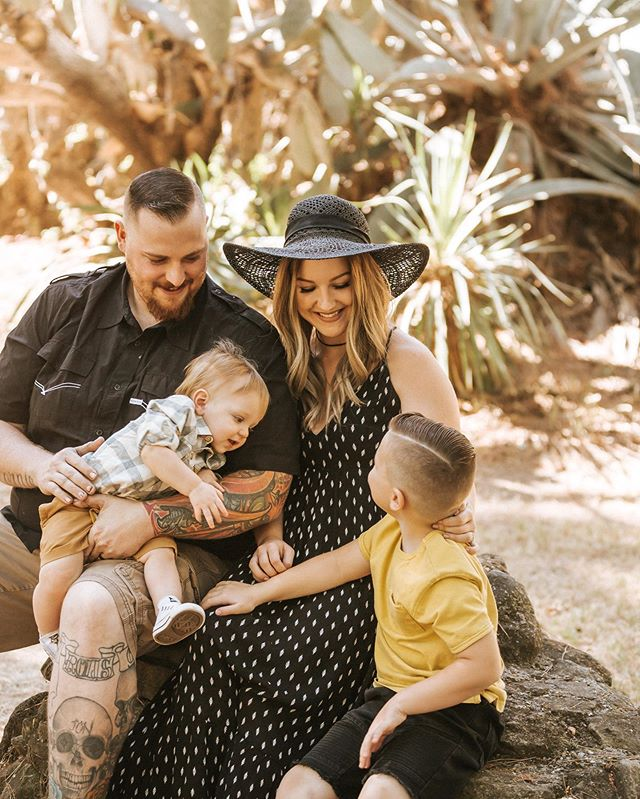 It was really hard for me to choose a cover photo for this session because i love them all so much! They totally killed it with those outfits, this family is so freaking cute😍🌵🍩 . . also, my baby sat thru this whole session and didn't make a sound and I've never been more proud (and shocked honestly)
