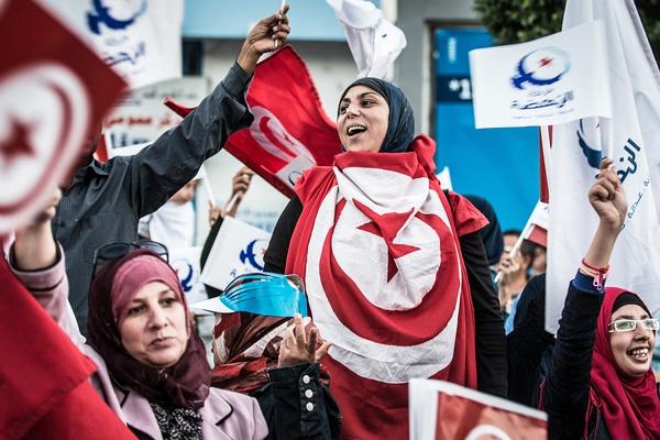 2014年10月24日,突尼斯首都突尼斯市,民众参与议会选举前最后的竞选活动。