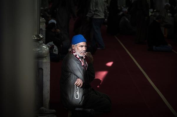 2015年1月3日,埃及开罗,一名穆斯林在侯赛因清真寺内休息。