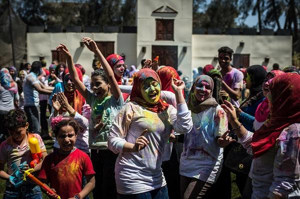 """2015年4月25日,埃及吉萨,民众参与一年一度的""""色彩节""""。"""