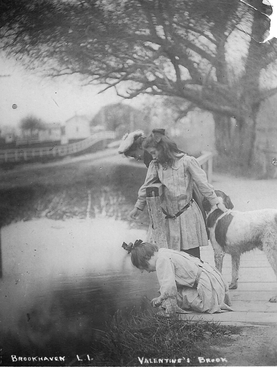 Girls by the creek 1910.jpg