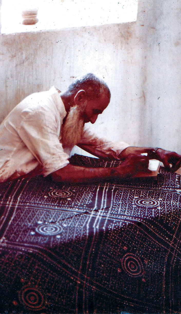Khatri Mohamedbhai Siddiquebhai printing the Morendi design, Dhamadka