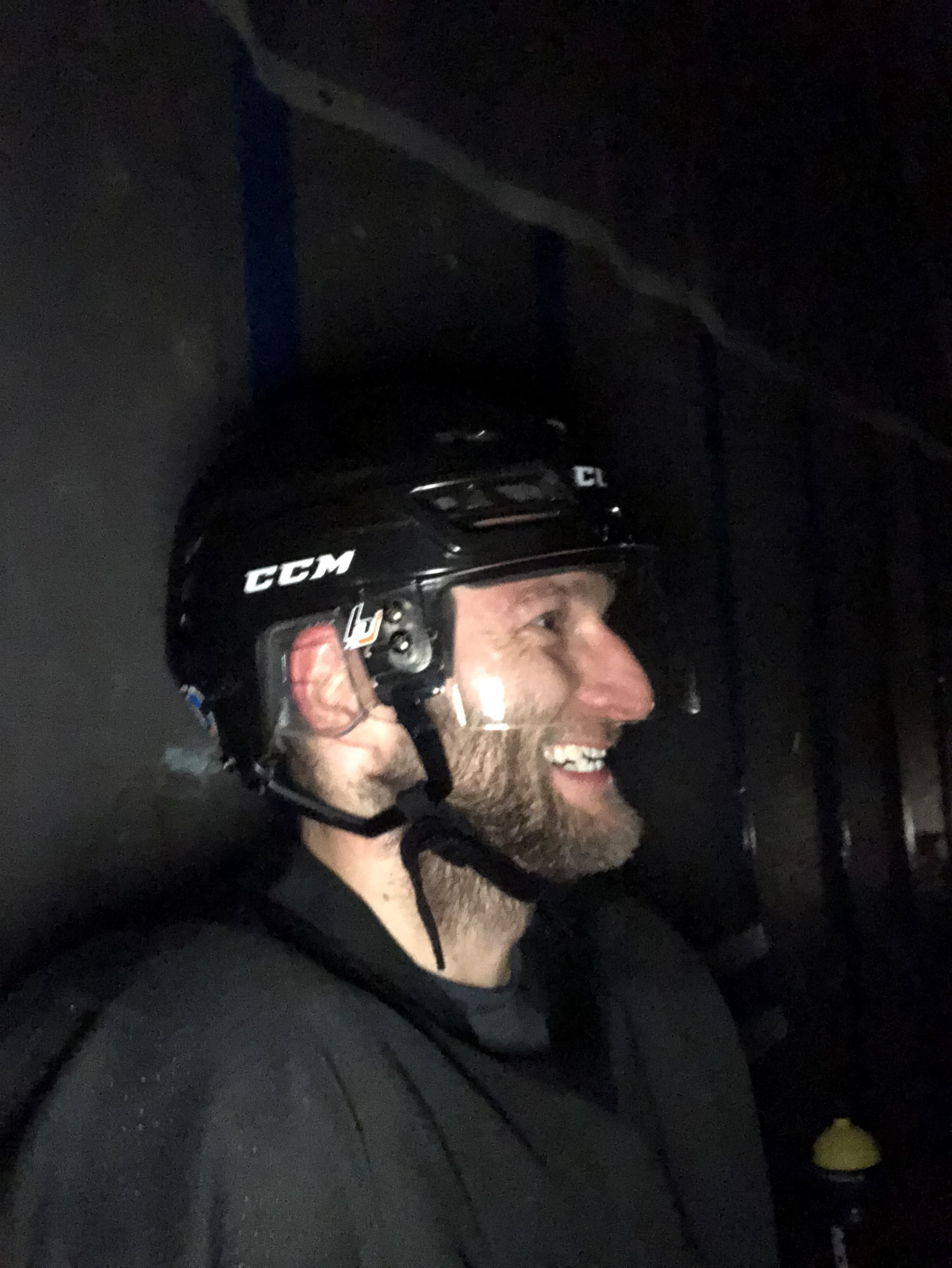 Lední hokej. 10let hraju několikrát týdně pravidelně v zimě. Nejvíc tady-teď, kam se hrabe mindfulness. -