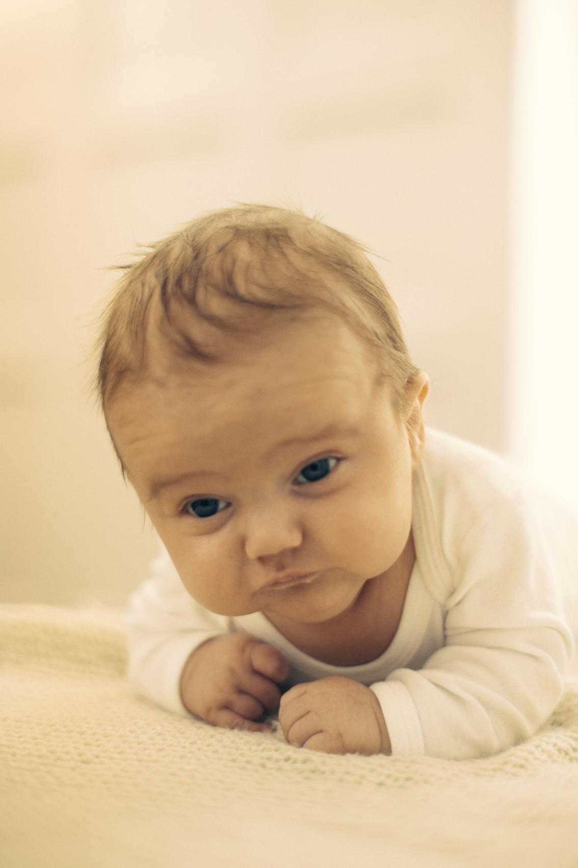 Har du en baby som sliter med å løfte hodet godt i mageleie, kan det være lurt å nakken og ryggen undersøkt.