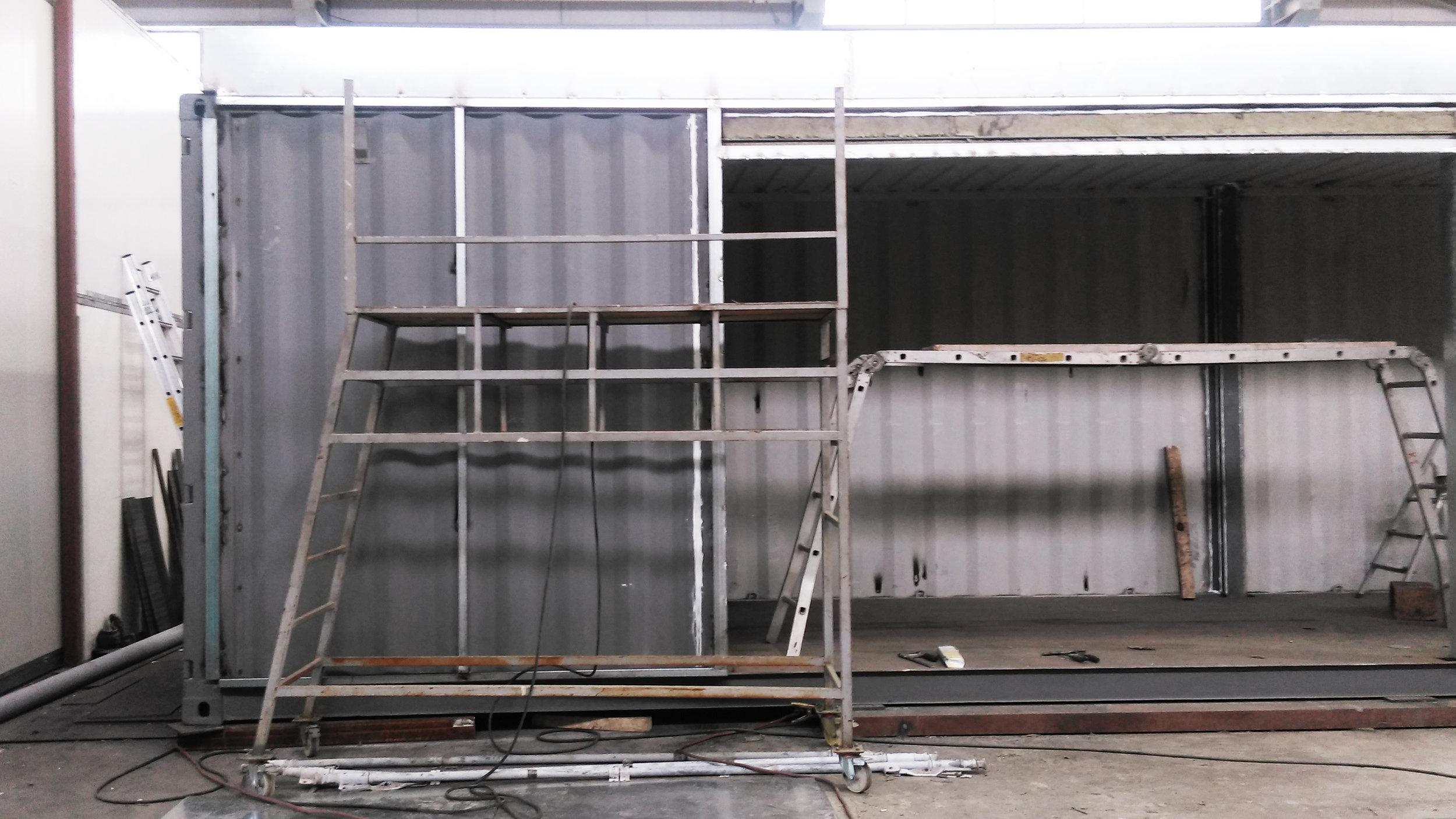 Στάδιο μεταποίησης shipping container για δημιουργία κατοικίας από την Cocoon Modules