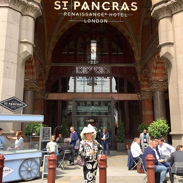 The Queen was on her manor today with the lovely team from St Pancras Renaissance Hotel. A good old Cockney Pie and Mash Knees up with money raised by them going to Great Ormond St Children's Hospital.  pearlies.org.uk #pearlyqueen