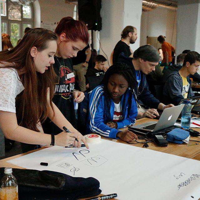 Gemeinsam mit der Code+Design Initiative haben wir ein Camp-Konzept gestaltet, dass sich thematisch und praktisch an den Problem(welt)en der Jugendlichen orientiert. Auf den @codeunddesign Camps können 50-150 Jugendliche an mehreren Tagen eigene digitale Produkte im Team entwickeln und neue Technologien ausprobieren. Ziel ist es, sie für digitale Arbeit zu begeistern und insbesondere den Anteil an Frauen in diesen Bereichen zu erhöhen. Erreicht wird dies durch Praxisnähe, Persönlichkeitsentwicklung und Förderung von Eigenverantwortung. Wissen wird angeeignet - Lernen ist Vernetzung - Diversität als Stärke.  #codeunddesign #paistudio #codeuniversity #workshop #seminar #konzept #designthinking #factoryberlin #designsprint #kreativagentur #bildung #telekom #zalando #codedeinezukunft #cdcamp #programmieren #games #apps #künstlicheintelligenz #jugendprogrammiert #incodewetrust #mitmachcamp #fridaysforfuture #codedesign #maythecodebewithyou