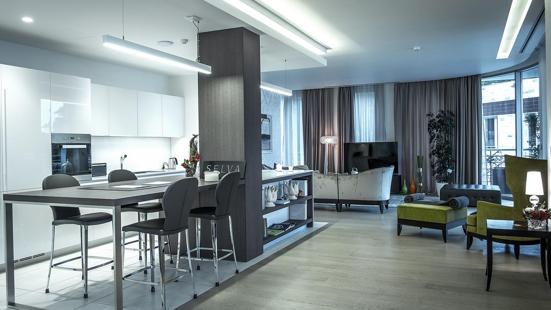 Внутренняя отделка пентхауса - от встроенной кухни и сантехники, до светильников и бытовой техники - выполнена в соответствии с мировыми стандартами качества, а дизайн интерьера разработан с повышенным вниманием к каждой детали.