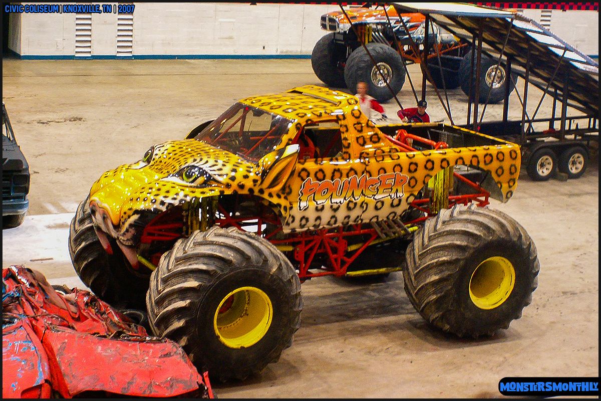 01-monsters-monthly-photography-2007-knoxville-tennessee-monster-truck-racing-freestyle.jpg