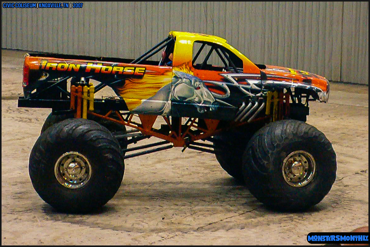 06-monsters-monthly-photography-2007-knoxville-tennessee-monster-truck-racing-freestyle.jpg