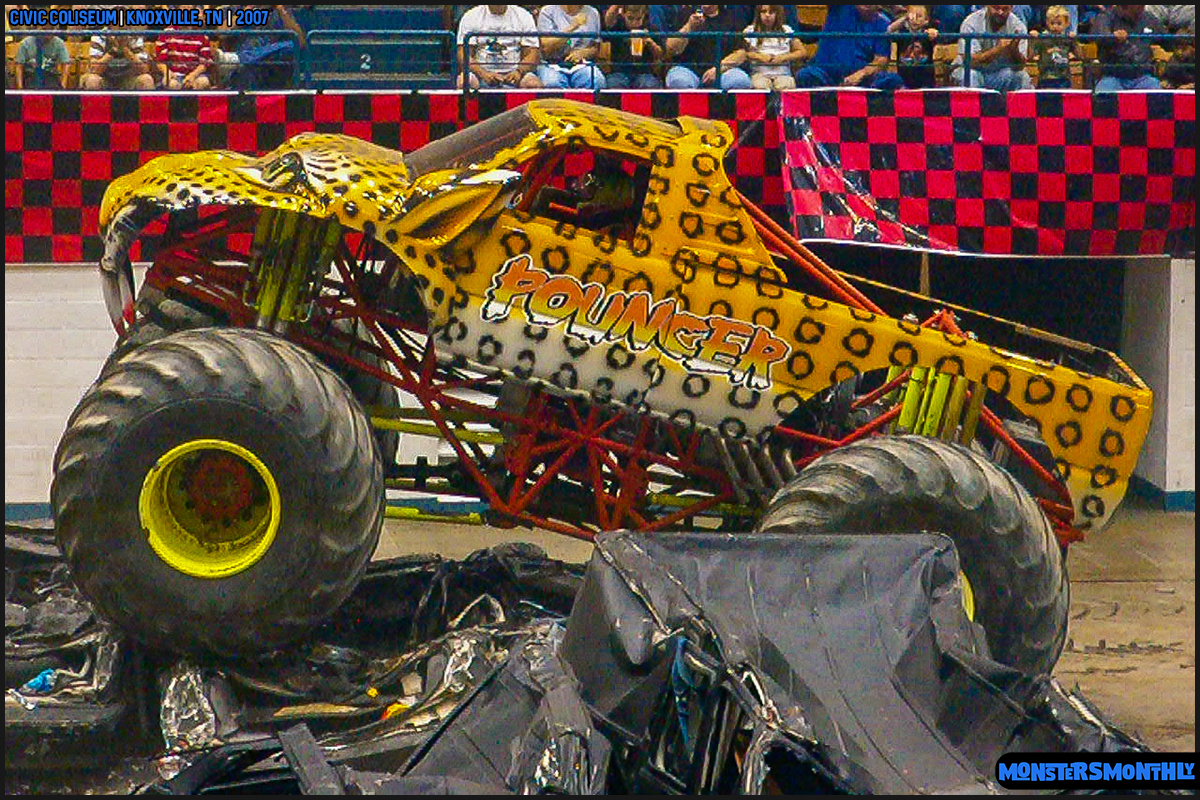07-monsters-monthly-photography-2007-knoxville-tennessee-monster-truck-racing-freestyle.jpg