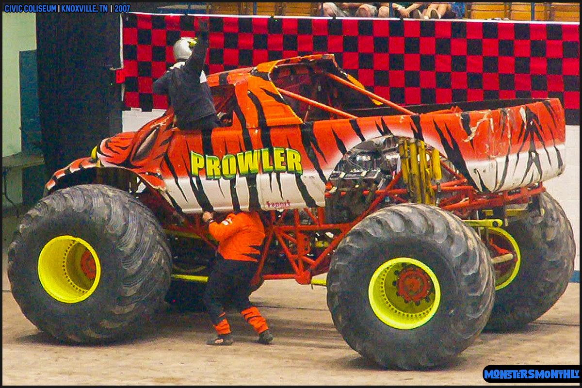 08-monsters-monthly-photography-2007-knoxville-tennessee-monster-truck-racing-freestyle.jpg