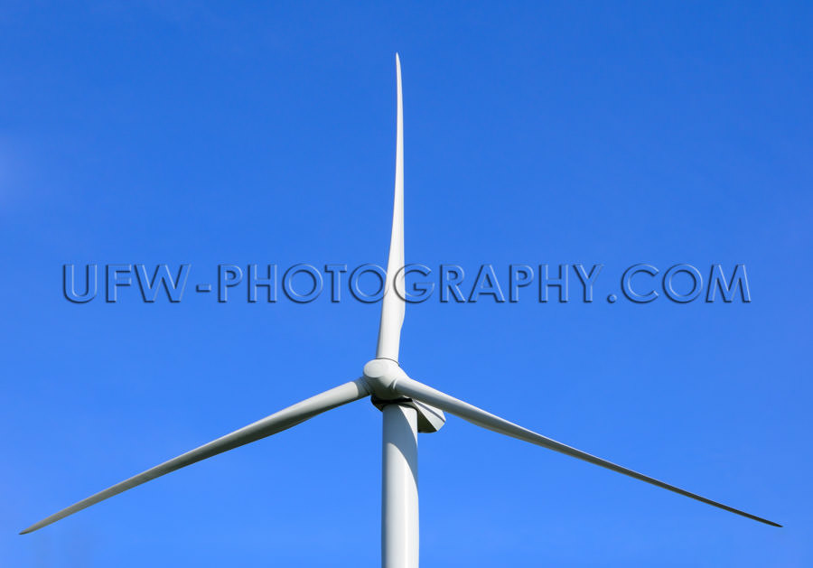 Rotor of a wind turbine, deep blue clear sky - Stock Image