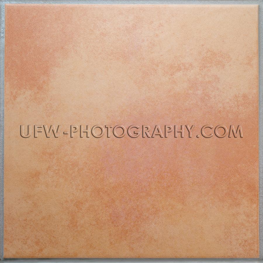 Eine aprikosenfarbene Terrakottafliese Isolierter Hintergrund XL