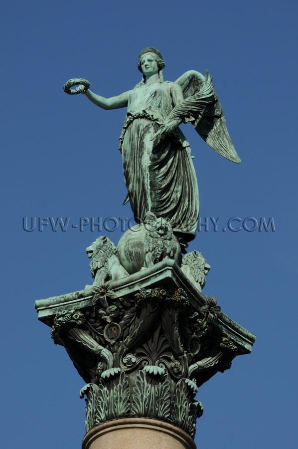 Statue Skulptur Engel Göttin Säule Tiefblauer Klarer Himmel Na