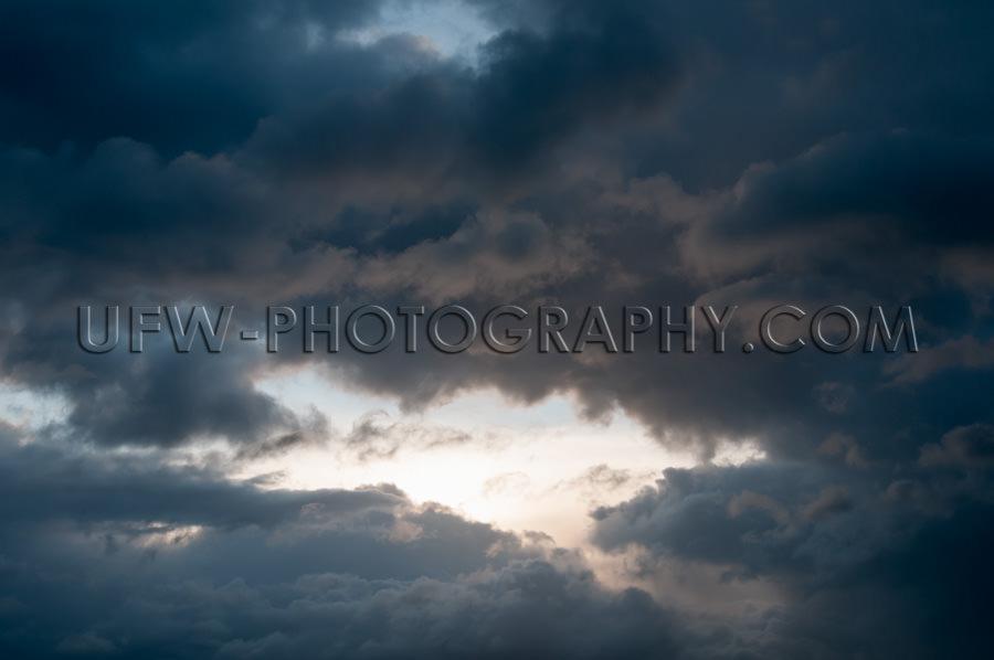 Heller Fleck Licht Atmosphärisch Stürmisch Bewölkter Himmel V