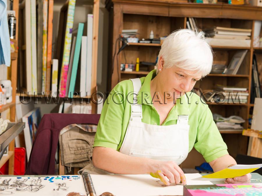 Erwachsene Frau Sitzen Schreibtisch Künstlerin Skizzieren Ateli