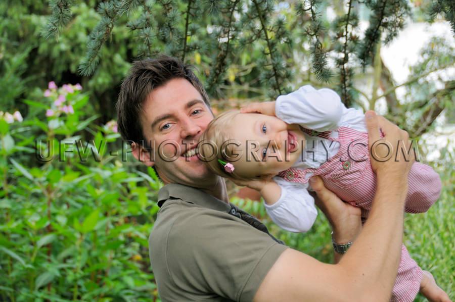 Fröhlich Lächeln Junger Vater Spielen Klein Lachen Glücklich