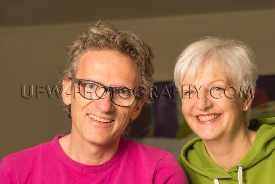 Glücklich Lächeln Erwachsen Paar Mann Frau Leger Schauen