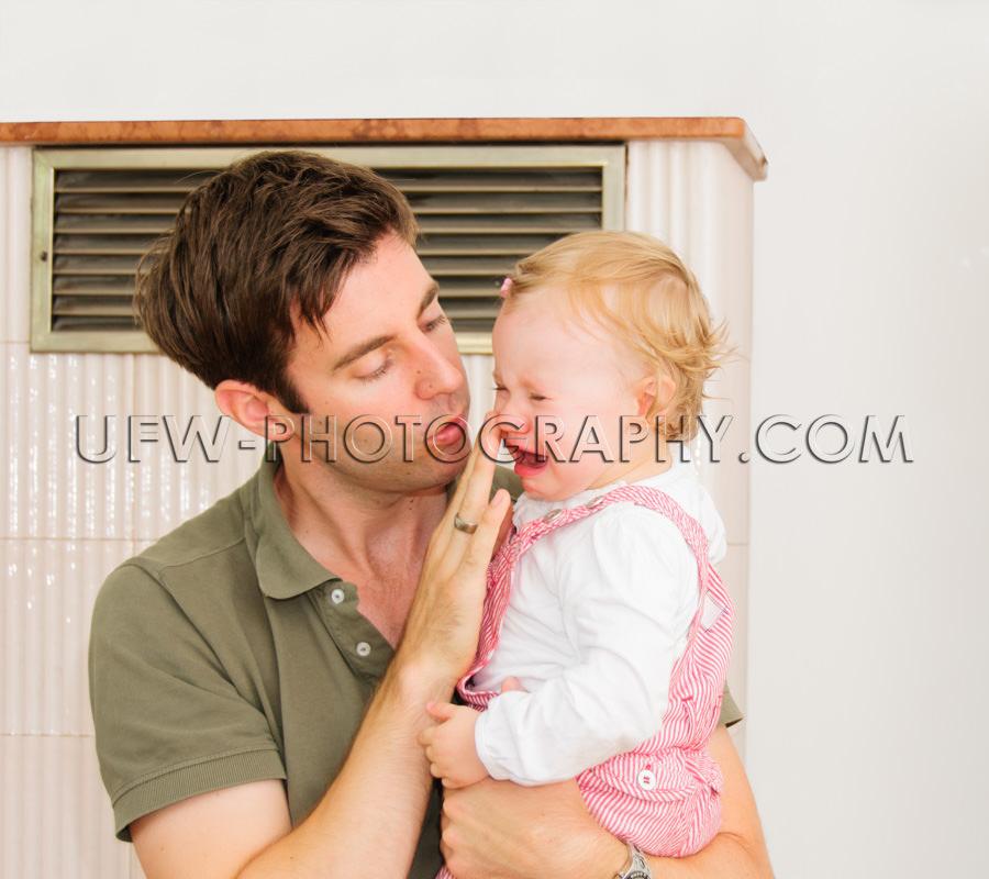 Kleines weinendes Mädchen Kleinkind liebevoller fürsorglicher