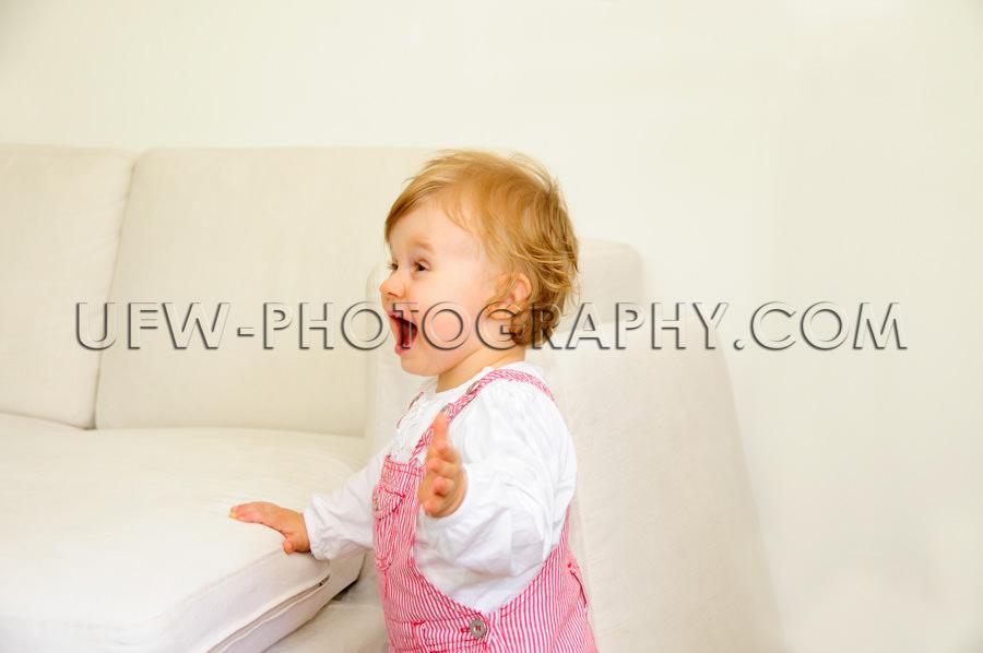 Niedlich Klein Kleinkind Mädchen Aufgeregt Spaß Stehen Schreie