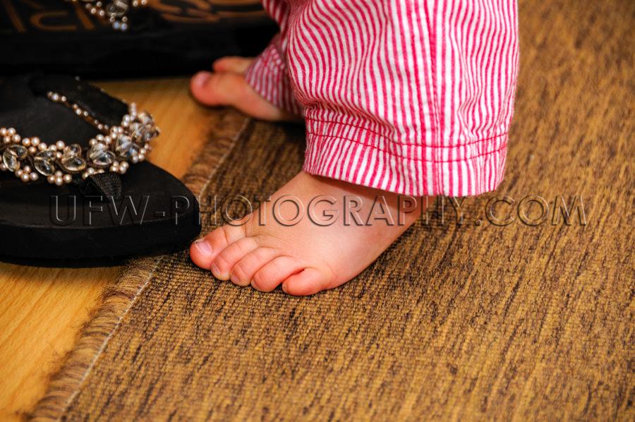 Niedlich Kleine Nackte Füße Kleinkind Stehen Teppich Sandale O