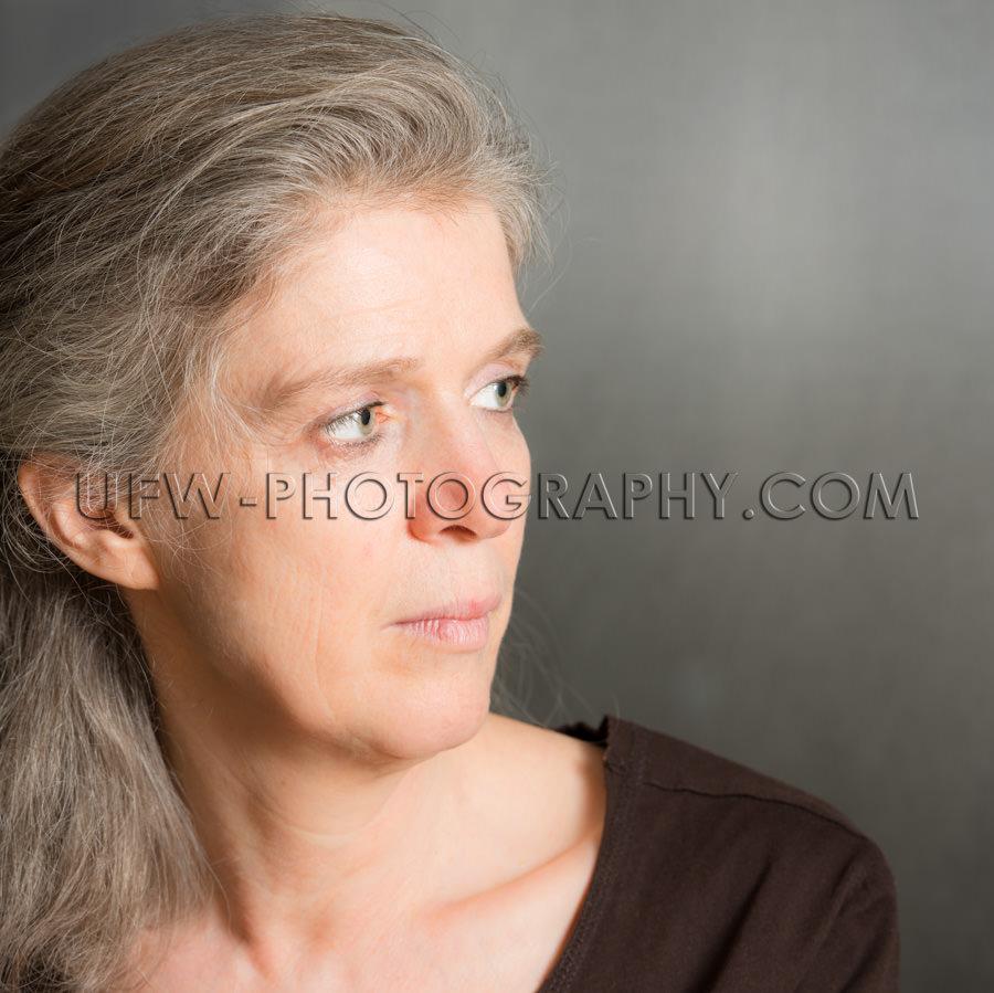 Porträt Reife Frau Ernst Blickend Attraktiv Stock Foto