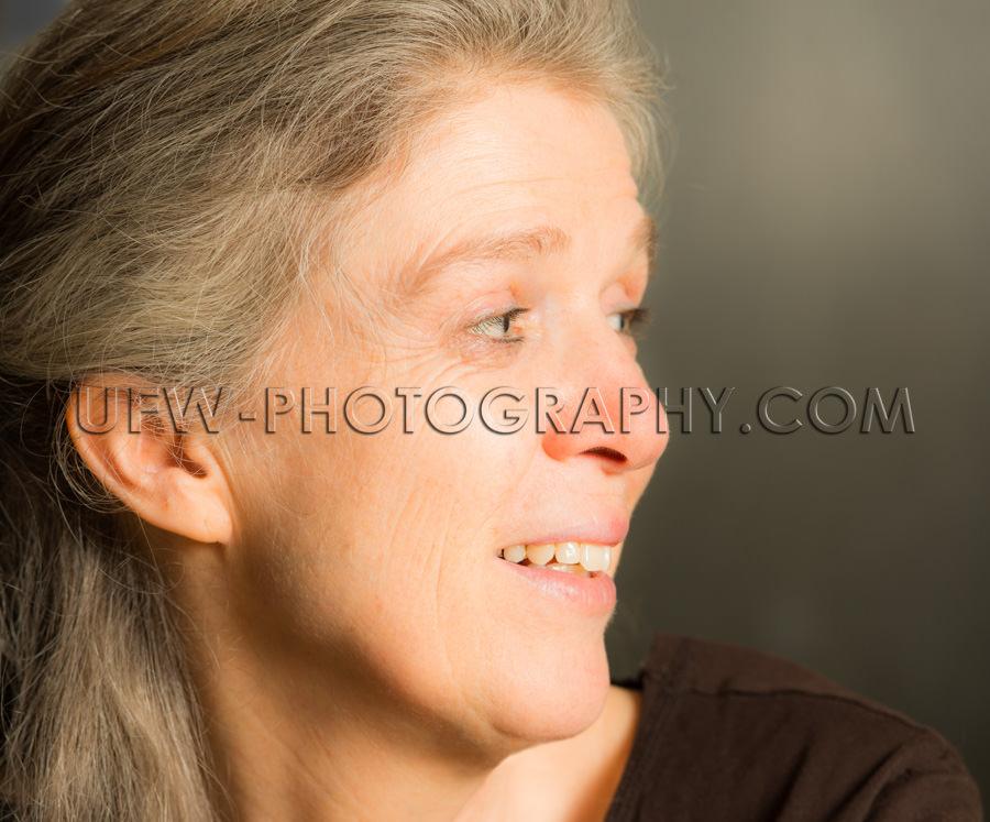 Porträt Reife Frau Offenes Lächeln Zufrieden Ungestellt Lässi
