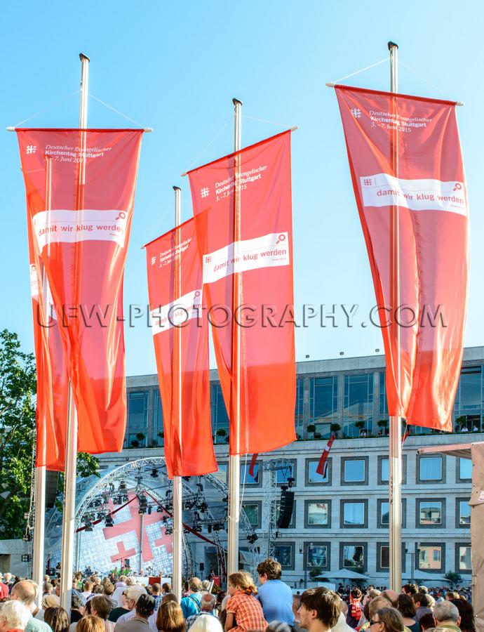 Menschenmenge Kirchentag Zusammenkunft Rathaus Flaggen Stock Foto
