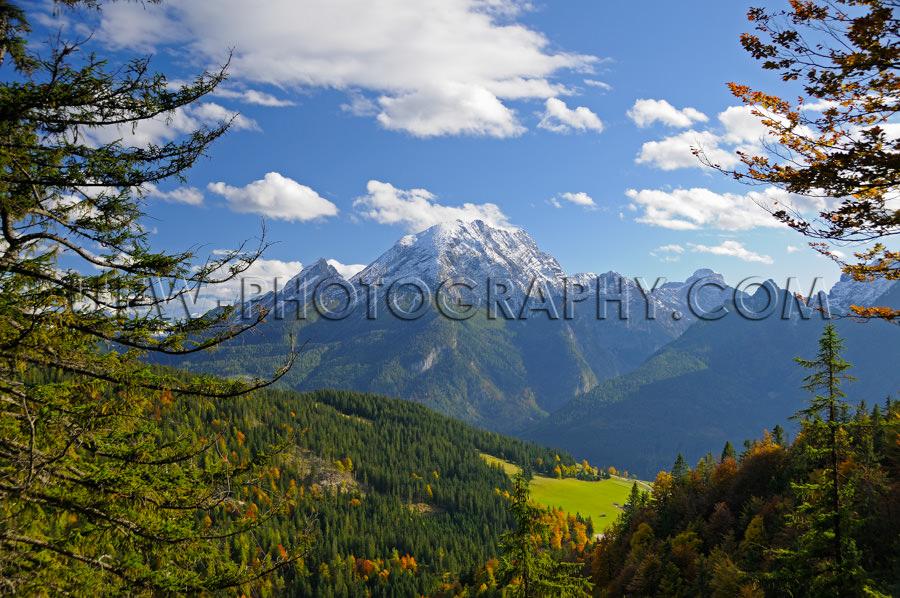 Bergtal Schnee Bergrücken Schöner Umrahmt Bäume Herbst Gebirg