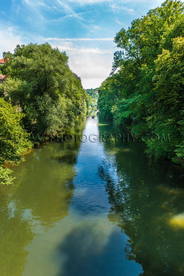 Fluss Sommer Flussufer Üppig Bäume Fluchtpunktperspektive Stoc