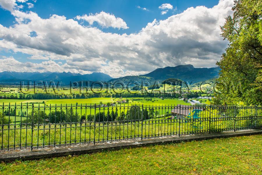 Wunderschön Landschaft Grün Wiesen Berge Bäume Blau Wolkig St