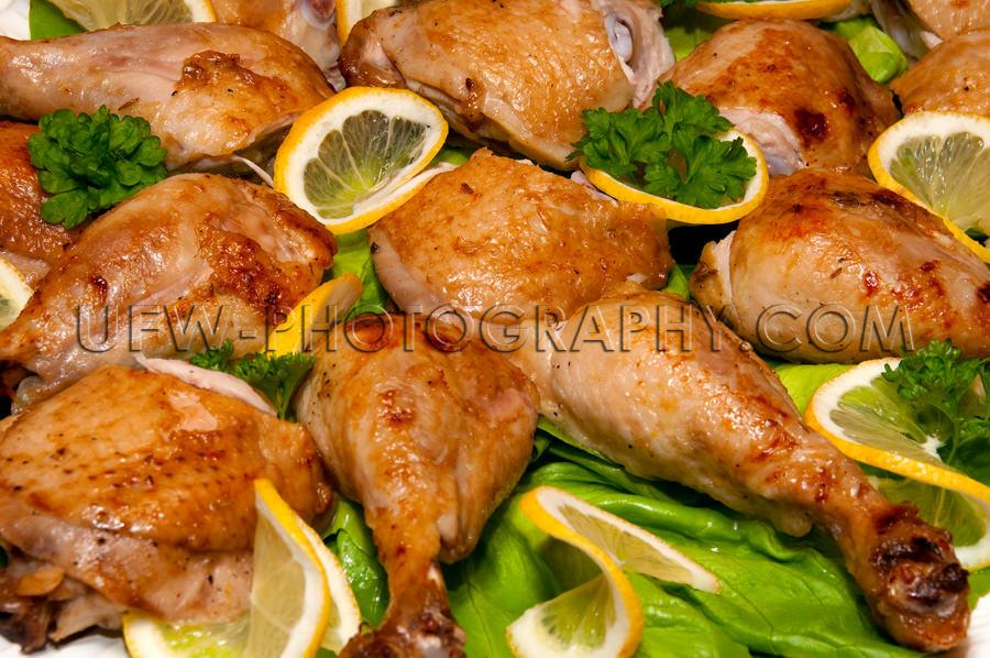 Arrangement Gebratener Hähnchenschenkel Zitronenscheiben Salatb