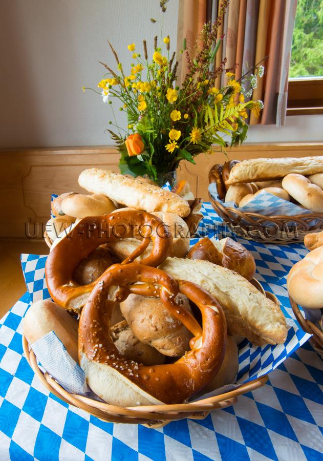 Brezeln Brötchen Tisch Liegen Weidenkorb Party Stock Foto