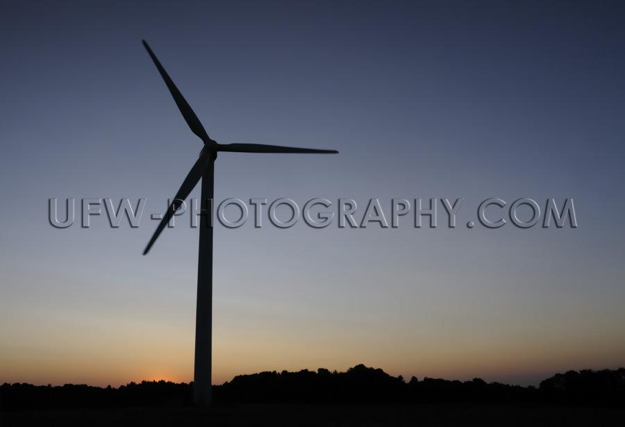 Windturbine Windrad Windkraft Schwarz Silhouette Dunkelblau Oran