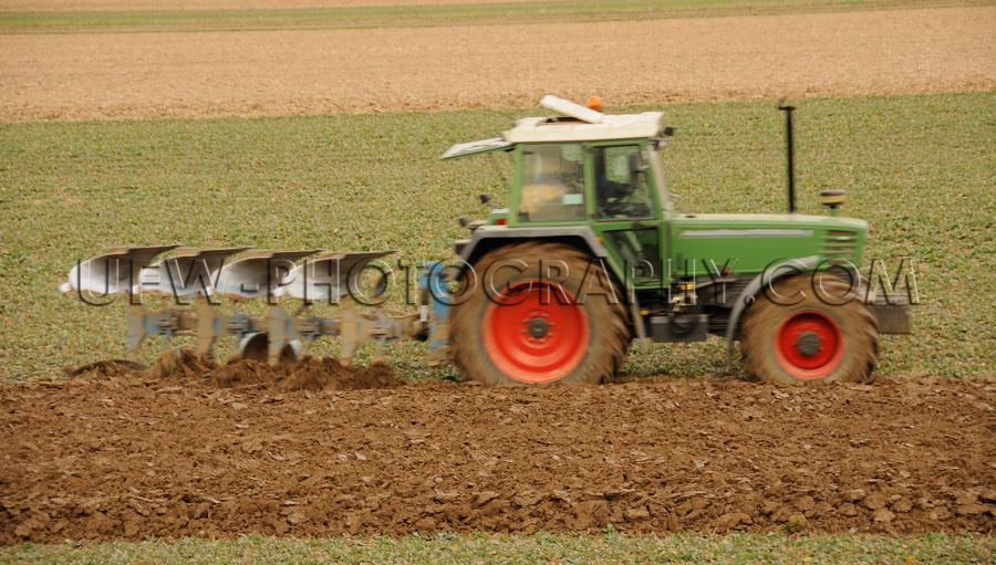 Niedlich Klein Grüner Traktor Rote Räder Pflügen Frühjahr St