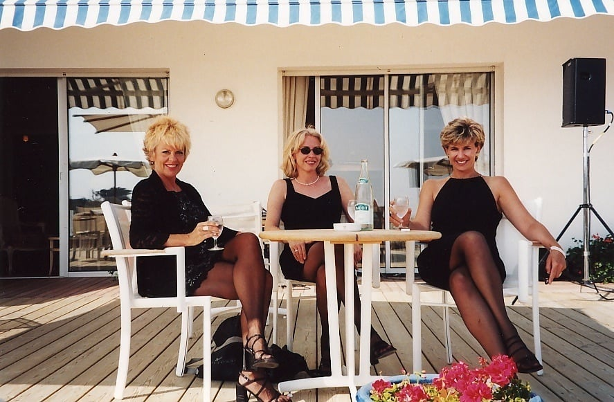 The Pearls relax after a set in France