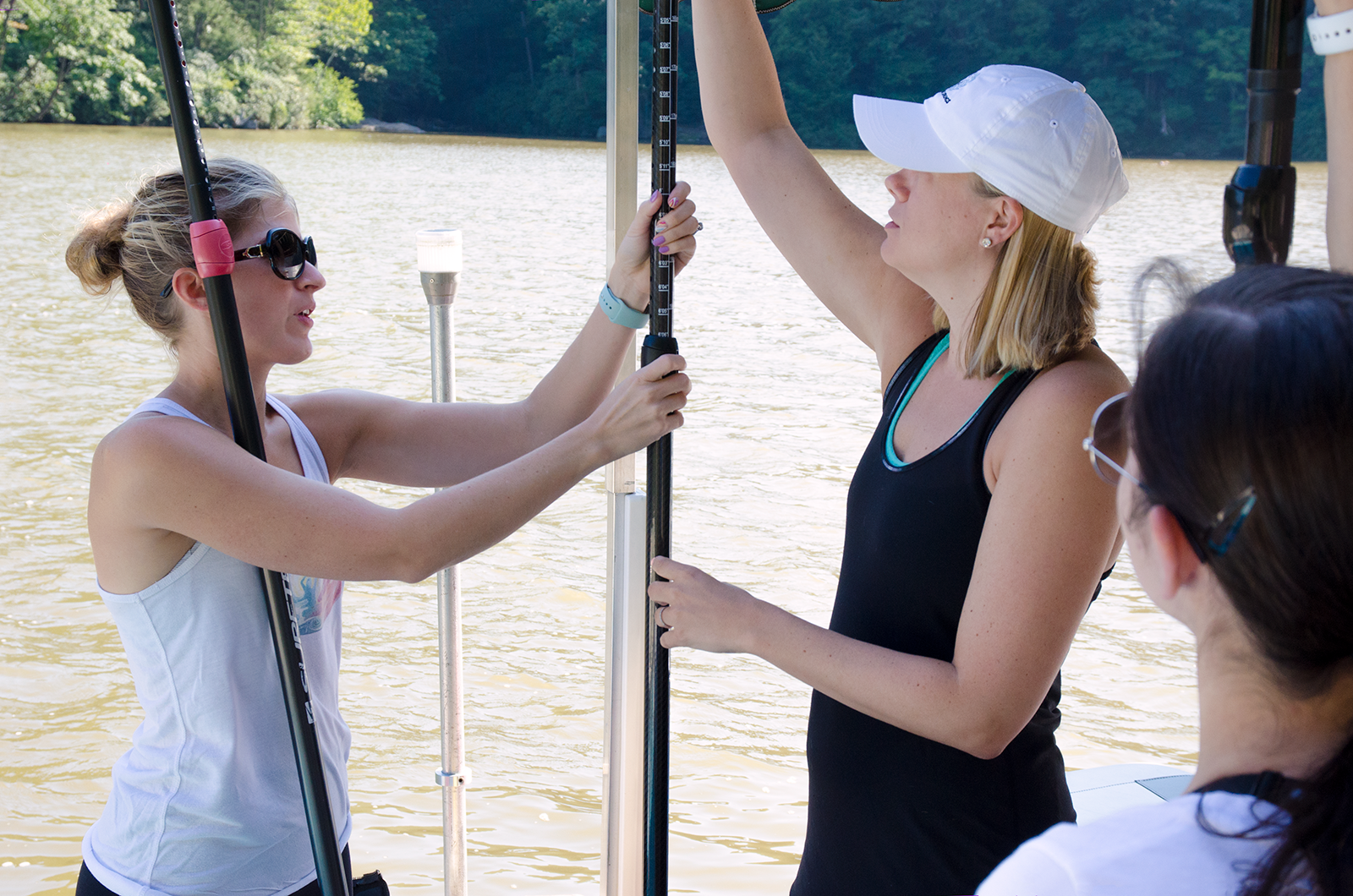 Joelle shows Jamie and Kaitlynn how to size their paddles