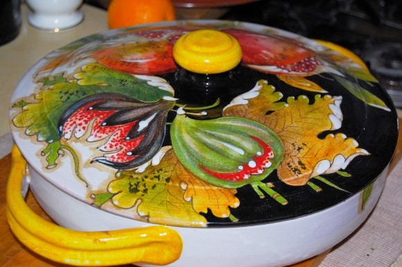Cover the  Bella Frutta  oven-proof dish with its gorgeous lid …