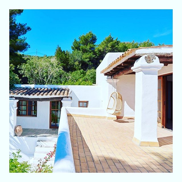 ✨QUIET MOMENTS ✨The hanging chair is waiting for you! 😁🙏🏼Join us 2-6 October in Ibiza for the last 2019 #YogaLightVibes #retreat at the stunning @casachiibiza 🥰 An epic new twin room has just become available! 🙌🏼 Step out of your suite onto your private terrace with heavenly views down to the pool, over the hills, across the fields and out to the deep blue sea ☀️🌴🌊 Grab this last minute luxury retreat for just £995! (One other cheaper twin room might also become available in the next few days! So get in touch if you're keen even if this room isn't in your budget!) Price includes twice daily yoga; morning meditation and pranayama; the most delicious and nutritious veggie and vegan meals (you'll never go hungry!) cooked with love by our private chef Katy; evening workshops on Ayurveda, restorative yoga, inversions and arm balances; and so much more! Contact sallyanne@yogalightvibes.com to book your place on our most favourite Ibiza retreat! Gift yourself 5 days of bliss to help prepare you for the Autumn months ahead. This is what it's all about! 😊🙏🏼💖 xxx
