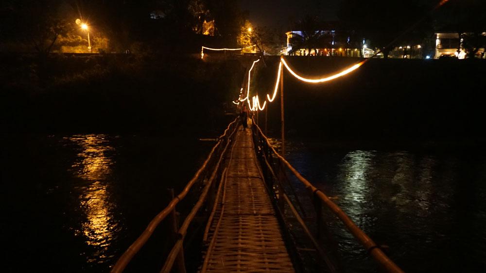 Bamboo bridge on the way to Dyen Sabai