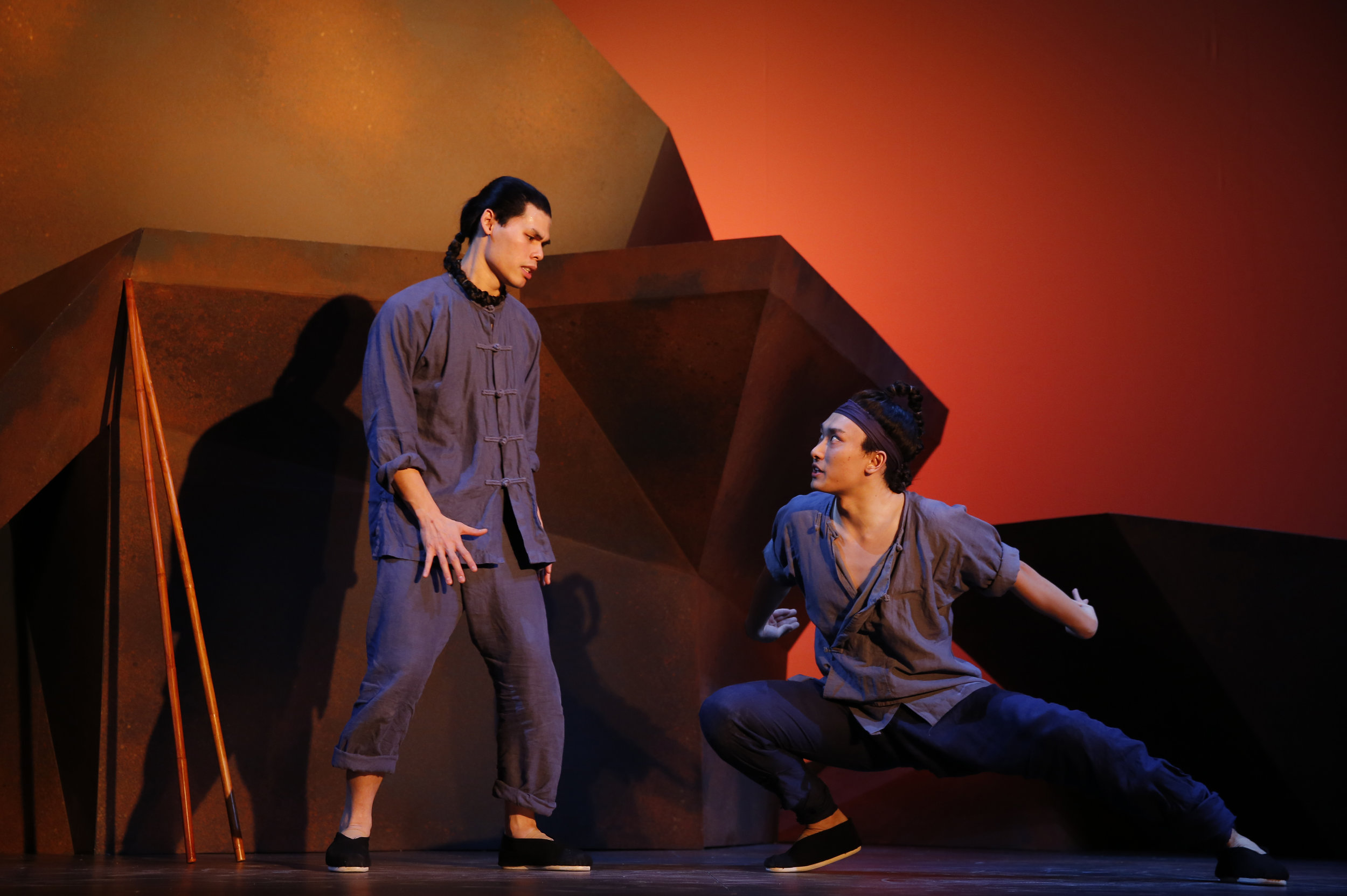 William Yuekun Wu 和 Ruy Iskandar 在演出中。 Joan Marcus摄于署名剧院,2013年。